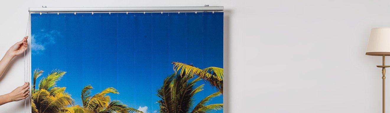 Bedruckter Lamellenvorhang in Benutzung vor dem Fenster bedruckt mit Palmen und Meer