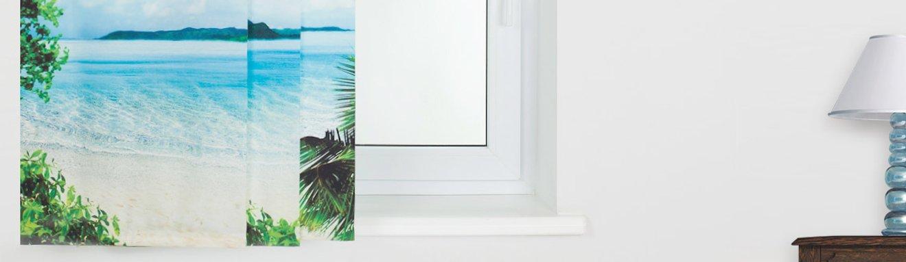 Ein bedruckter Foto-Schiebevorhang mit einem Motiv von Insel, Strand und Meer am Fenster