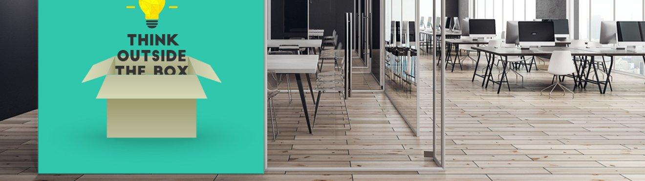 Großraumbüro mit grüner Tapete