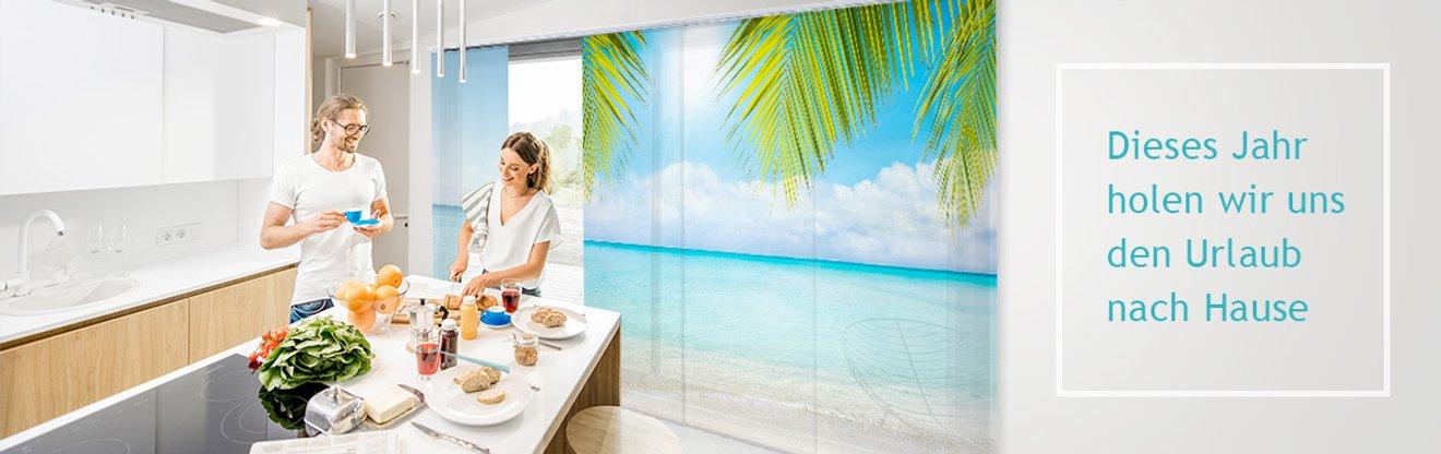 Wohnzimmer mit Esstisch, am Fenster Rollos bedruckt mit Apfelblüten
