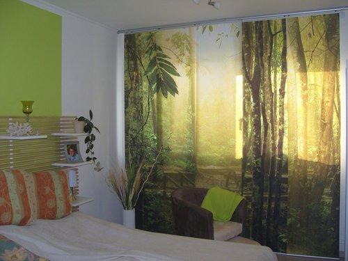Schiebegardine mit Waldmotiv für das Schlafzimmer